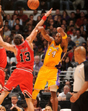 Chicago Bulls v Los Angeles Lakers: Kobe Bryant and Joakim Noah Reproduction photographique par Andrew Bernstein