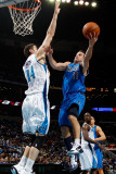 Dallas Mavericks v New Orleans Hornets: Jose Barea and Jason Smith Lmina fotogrfica por Chris Graythen
