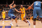 Washington Wizards v Los Angeles Lakers: Lamar Odom and Yi Jianlian Lmina fotogrfica por Noah Graham