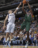 Milwaukee Bucks v Dallas Mavericks: John Salmons and Jason Kidd Photographic Print by Danny Bollinger