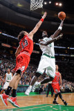 Chicago Bulls v Boston Celtics: Kevin Garnett and Joakim Noah Fotografisk tryk af Brian Babineau