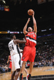 Portland Trail Blazers v San Antonio Spurs: Joel Przybilla and Antonio McDyess Fotografisk tryk af D. Clarke Evans