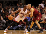 Cleveland Cavaliers  v Miami Heat: Dwyane Wade and Anthony Parker Fotografisk tryk af Mike Ehrmann