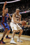 New York Knicks v Cleveland Cavaliers: Anthony Parker and Danilo Gallinari Fotografisk tryk af David Liam Kyle
