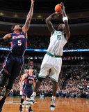Atlanta Hawks v Boston Celtics: Kevin Garnett and Josh Smith Fotografisk tryk af Steve Babineau