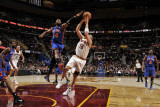 New York Knicks v Cleveland Cavaliers: Anthony Parker and Ronny Turiaf Fotografisk tryk af David Liam Kyle