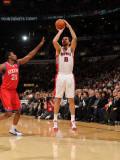 Philadelphia 76ers v Toronto Raptors: Peja Stojakovic and Thaddeus Young Fotografisk tryk af Ron Turenne