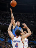 Dallas Mavericks v Oklahoma City Thunder: Jose Barea and Nick Collison Lmina fotogrfica por Layne Murdoch