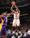 Los Angeles Lakers v Chicago Bulls: Derrick Rose and Kobe Bryant Reproduction photographique par Andrew Bernstein