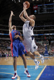 Detroit Pistons v Dallas Mavericks: Dirk Nowitzki and Tayshaun Prince Fotografisk tryk af Glenn James