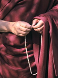 The Dalai Lama with Mala Prayer Beads Photographie par Alison Wright