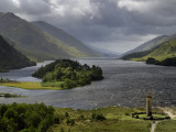 Highlanders&#39; Statue on the Edge of Loch Shiel During a Rain Storm Photographie par Jim Richardson