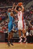 New Orleans Hornets v Detroit Pistons: Tayshaun Prince and Jarrett Jack Fotografisk tryk af Allen Einstein
