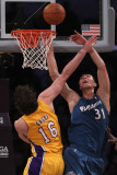 Washington Wizards v Los Angeles Lakers: Pau Gasol and Yi Jianlian Lmina fotogrfica por Jeff