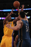 Washington Wizards v Los Angeles Lakers: Kobe Bryant and Yi Jianlian Lmina fotogrfica por Jeff