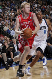Houston Rockets v Dallas Mavericks: Chase Budinger and Shawn Marion Lámina fotográfica por Glenn James