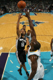 San Antonio Spurs v New Orleans Hornets: Tony Parker and Emeka Okafor Fotografisk tryk af Chris Graythen