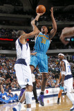 New Orleans Hornets v Dallas Mavericks: David West and Shawn Marion Lámina fotográfica por Layne Murdoch