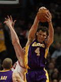 Los Angeles Lakers v Chicago Bulls: Luke Walton and Omer Asik Photographie par Jonathan Daniel