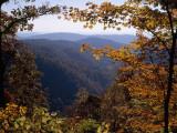 A Blue Ridge Mountain Escarpment Framed by Maple Trees in Autumn Hues Fotografisk tryk af Raymond Gehman