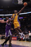 Sacramento Kings v Los Angeles Lakers: Lamar Odom and Samuel Dalembert Photographie par Jeff Gross