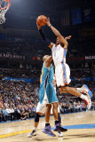 New Orleans Hornets v Oklahoma City Thunder: Russell Westbrook and David West Fotografie-Druck von Layne Murdoch
