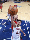 New Jersey Nets v Atlanta Hawks: Zaza Pachulia and Brook Lopez Photographic Print by Scott Cunningham
