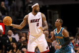 New Orleans Hornets v Miami Heat: LeBron James and Chris Paul Fotografisk tryk af Mike