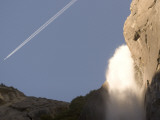 A Jet Contrail Bisects the Sky at the Top of Yosemite Falls Lámina fotográfica por Phil Schermeister