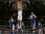 Golden State Warriors v Dallas Mavericks: Dirk Nowitzki and Lou Amundson Photographie par Glenn James