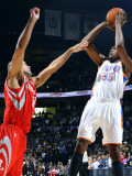Houston Rockets v Oklahoma City Thunder: Kevin Durant and Shane Battier Impressão fotográfica por Larry W. Smith
