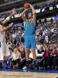 New Orleans Hornets v Dallas Mavericks: Peja Stojakovic and Jason Kidd Fotografisk tryk af Layne Murdoch