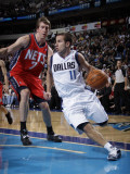 New Jersey Nets v Dallas Mavericks: Jose Juan Barea and Troy Murphy Photographic Print by Danny Bollinger