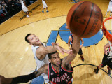 Portland Trail Blazers v Washington Wizards: LaMarcus Aldridge and Yi Jianlian Lmina fotogrfica por Ned Dishman