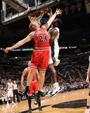 Chicago Bulls v San Antonio Spurs: Antonio McDyess and Brian Scalabrine Fotografisk tryk af D. Clarke Evans