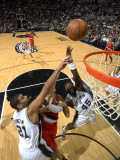 Portland Trail Blazers v San Antonio Spurs: Joel Przybilla, Tim Duncan and DeJuan Blair Fotografisk tryk af D. Clarke Evans