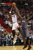 Charlotte Bobcats v Miami Heat: Chris Bosh and Gerald Wallace Photographie par Mike Ehrmann