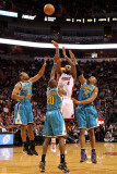 New Orleans Hornets v Miami Heat: LeBron James, Quincy Pondexter, Willie Green and David West Fotografie-Druck von Mike Ehrmann