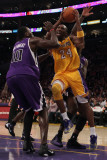 Sacramento Kings v Los Angeles Lakers: Kobe Bryant and Samuel Dalembert Photographie par Jeff Gross