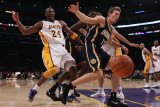 Indiana Pacers v Los Angeles Lakers: Kobe Bryant and Mike Dunleavy Photographie par Jeff Gross