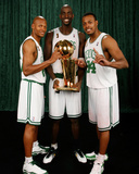 Ray Allen, Kevin Garnett, and Paul Pierce of the Boston Celtics: Game Six NBA Finals: June 17, 2008 Fotografisk tryk af Nathaniel S. Butler