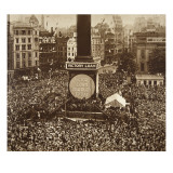 New Year&#39;s Eve, Trafalgar Square, 1919 Gicl&#233;e-Druck von English Photographer 