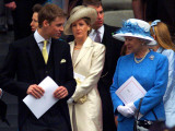 Prince William talking to his grand mother Queen Elizabeth II on the steps at St Paul's Cathedral,  Fotografisk tryk