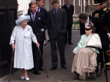 Queen Mother waves on her 101 birthday watched by Princess Margaret in wheelchair and Prince Charle Fotografisk tryk