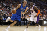 Dallas Mavericks v Phoenix Suns, Phoenix, AZ - February 17: Dirk Nowitzki and Mickael Pietrus Fotografisk tryk af Christian Petersen
