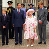 The Queen Mother celebrates 97th birthday at Clarence House with Prince Charles, Prince William and Fotografisk tryk