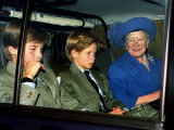 Queen Mother with Prince William and Harry leaving Crathie in car Fotografisk tryk