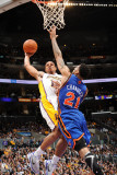 New York Knicks v Los Angeles Lakers, Los Angeles, CA - January 9: Shannon Brown and Wilson Chandle Lámina fotográfica por Noah Graham