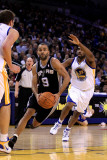 San Antonio Spurs v Golden State Warriors, Oakland, CA - January 24: Tony Parker and Reggie William Fotografisk tryk af Ezra Shaw