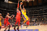 Atlanta Hawks v Los Angeles Lakers, Los Angeles, CA - February 22: Kobe Bryant and Josh Smith Fotografisk tryk af Andrew Bernstein